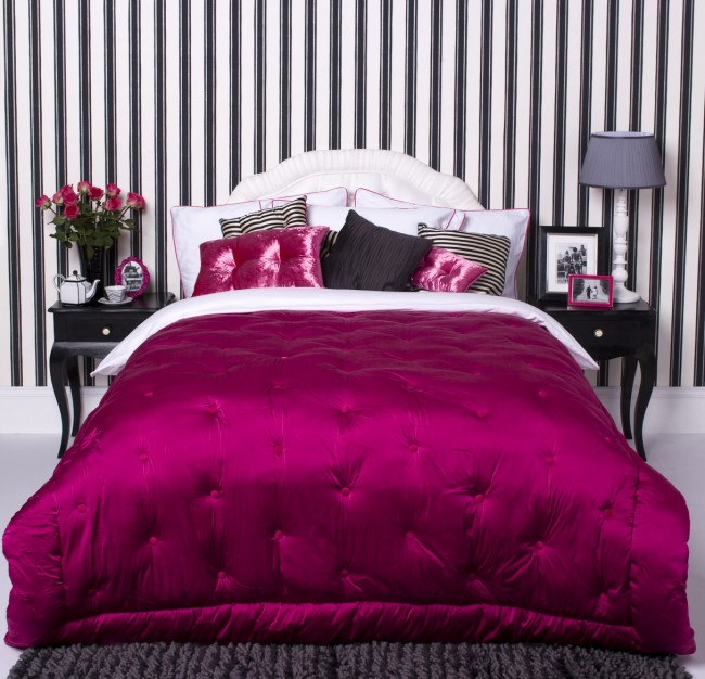 Black and white bedroom decorating ideas room decorating for Striped wallpaper bedroom designs